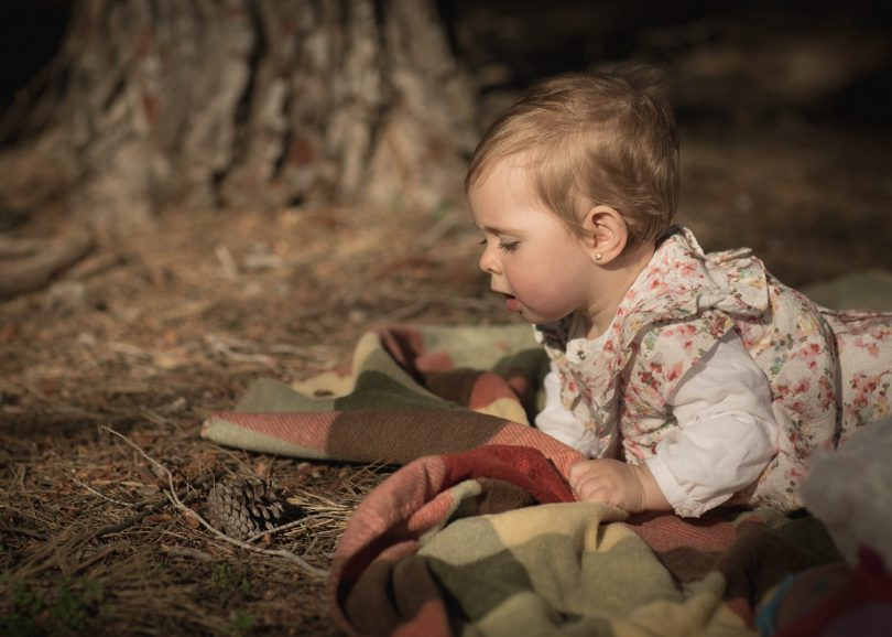 Foto niña bebe en bosque
